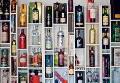 A área do bar fica no cantinho da estante de alvenaria. Bebidas e taças se misturam a objetos de decoração, como quadros e livros. Apartamento do paisagista Gil Fialho e de sua esposa