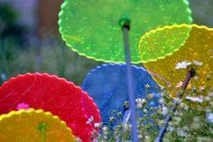 Was sind Sonnenfänger ??? Sonnenfänger bestehen aus fluoreszierendem Acrylglas welches unser UV Licht in sichtbares Licht umwandelt. Die Sonnenfänger leuchten besonders schön bei schlechtem und trüben Wetter und in der Abend und Morgendämmerung. Sie sind Lichtecht und behalten Ihre Leuchtkraft für viele Jahre. Hier unsere Megasäule www.shideko.de
