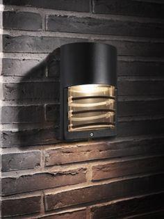Momento er først og fremst designet som en utendørs vegglampe som gir et spennende lysbilde på vegg samtidig som område forran lampen blir opplyst. Vurder monteringshøyde fra bakke/gulv for å oppnå det indirekte lys lampen skal gi. Lysbilde fra Momento gjør den også svært godt anvendelig i baderom og i korridorer.  Mål: Bredde:14,8 x Høyde: 21,5 x Dybde: 8,4cm  Lyskilde: GU10 Max 6W led Se anbefalte pære her:Se resten av momento familien her