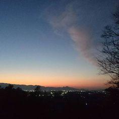 Instagram【nyanta_no_outi】さんの写真をピンしています。 《#大神神社 #夕焼け #変な雲 (煙のような雲) #夜景 #風景》
