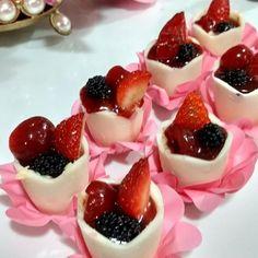 Nossas cheesecakes no copinho de chocolate branco+ uma geleia de morango com pimenta e frutas vermelhas! MARAVILHOSA!!! #marianagourmet #confeitariaartesanal #cremedelacreme #cheesecake #docesdevitrine #docesfinos #kidsparty #festainfantil #decoracao #decor #noivasrio #noivas2017 #noivas2018 #ilovemyjob #voucasar2017 #wedding