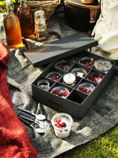 Prineste si so sebou chutné výrobky z vlastnej výroby. Na prepravu dobre poslúži škatuľa s priehradkami TJENA, v ktorej bezpečne prinesiete aj ovocné poháre.  http://www.ikea.com/sk/sk/catalog/products/70263615/#/60263606