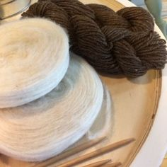 Luonnonvalkoinen kehräämätön villa, niin kutsuttu hahtuvalankaa, neulotaan yhdessä kehrätyn ruskean langan kanssa.
