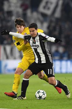 Anderson Hernanes (R) of Juventus is challenged by Ante Coric of GNK Dinamo Zagreb during the UEFA Champions League Group H match between Juventus and GNK Dinamo Zagreb at Juventus Stadium on December 7, 2016 in Turin.