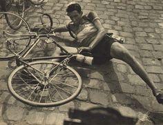 Tour de France 1953. 3^Tappa, 5 luglio. Liegi > Lille. Lo strano incidente di Ahmed Kebaili (1925-2013): colto da un acuto dolore addominale, cade continuando a lamentarsi: trasportato di corsa in ospedale, verrà operato per un attacco improvviso di appendicite acuta! [Le Miroir des Sports. L'Histoire du Tour '53]