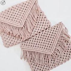 Boho Macrame Clutch – Chunky Yarn Barn 5 Ideas for Knitting With Lace Weight Yarns The maximum sensi Macrame Purse, Macrame Cord, Macrame Knots, Macrame Bracelets, Macrame Projects, Yarn Projects, Macrame Patterns, Crochet Patterns, Diy Clutch