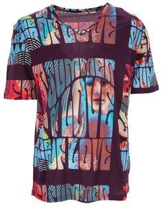 Extravagantes T-Shirt mit V-Neck und psychedelischem Muster von Jet Set. Lässt auch ein schlichtes Outfit sofort auffallen. Kombiniert mit einem farbigen Blouson, schlichten Jeans und bunten Sneakers das perfekte Sommeroutfit.