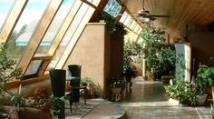Gorgeous inside of an earthship. building a hybrid strawbale / earthship Greenhouse. Eco Architecture, Contemporary Architecture, Natural Homes, Greenhouse Plans, Dome Greenhouse, Indoor Greenhouse, Solar House, Passive House, Passive Solar Homes