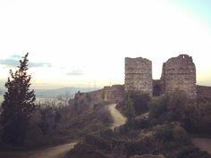 """İstanbul'da olup da İstanbul gibi olmayan tarihi mekan. İsmini """"kutsal yer"""" anlamına gelen Hieron'dan alan Yoros Kalesi'nde hem İstanbul Boğazı'nı hem de karadenizi görme şansına sahipsiniz. Yoros Kalesi  aynı zamanda 2013 yılından beri Unesco Dünya Mirası listesinde. Yoğunluktan sıkılanlar için bir gidin gezin görün ruhunuz dinlensin derim #yoroskalesi #anadolukavağı #istanbulda1yer #tarih #castle"""