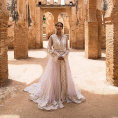 L'image contient peut-être: 1 personne, mariage et plein air Mermaid Dresses, Bridal Dresses, Elegant Dresses, Beautiful Dresses, Middle Eastern Wedding, Moroccan Dress, Moroccan Style, Oriental Dress, Wedding Attire
