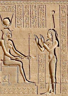 Relieve representando a dos diosas. MAAT con su característica pluma sobre la cabeza adorando a HATHOR sentada en su trono. TEMPLO DE DENDERA.