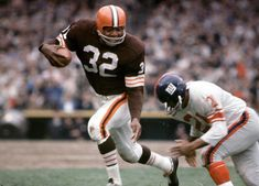 Jim Brown rushes agains the New York Giants during a game in Brown's career average of yards per game is still the best in NFL history. Nfl Football Players, Giants Football, Sport Football, School Football, Football Cards, Cleveland Browns Quarterback, Cleveland Browns Football, American Football League, National Football League