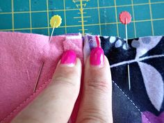 Enjoy lots of snuggly-wuggly goodness! Learn how to make a rag quilt. Includes a video and step by step instructions on how to make a rag quilt. Quilting Tips, Quilting Tutorials, Machine Quilting, Quilting Projects, Sewing Projects, Sewing Hacks, Sewing Ideas, Flannel Rag Quilts, Baby Rag Quilts