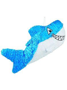 Piñata tiburón azul 27x60 cm: Esta piñata tiene forma de tiburón.Es de cartón y mide 57x28x10 cm.Está cubierto de flecos azules y blancos. Se podrá rellenar fácilmente.Para abrirla...