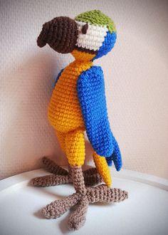 Doudou jouet au crochet oiseau ara bleu perroquet