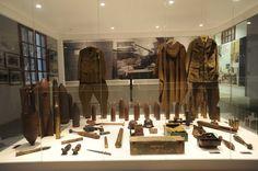 Uniformes y bombas utilizados por los combatientes en la Batalla del Ebro. Fotografía de Gervasio Sánchez