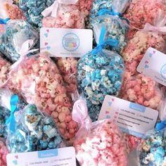 Palomitas de cone para o Aniversário da Sara.  #palomitaspipocagourmet #palomitasgourmet #palomitas #pipoca #pipocadoce #doce #guloseimas #instafood #coloridas #caramelizadas #aniversario #aniversariocrianca #aquiemsantostem #santos