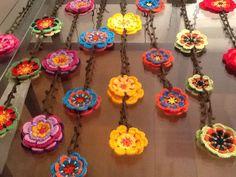 Montagem da cortina em crochet de flores