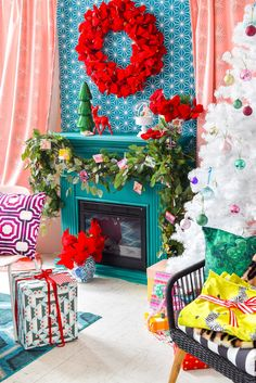 Hosting a Luxurious Christmas Dinner Party is as easy as pulling the right linens and patterns, and creating a warm and welcoming palette in your home. Come see what the heck I'm talking about, and grab my super secret source for all things hostessing! Eclectic Christmas Decorations, Christmas Tablescapes, Christmas Mantels, Christmas Colors, Diy Christmas Gifts, Christmas Home, Vintage Christmas, Holiday Decor, Christmas Villages