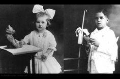 Lucille Ball in 1913 (2yo) and Desi Arnaz in 1923 (6yo) http://ift.tt/2yBhE3Q
