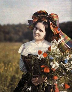 Vintage Women Fashion in Autochrome Stunning Color Photos of Girls in Traditional Dresses from between the 1900s-20s
