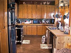 You'll want to remodel your own kitchen once you see these jaw-dropping kitchen makeover before-and-after pictures. Find the best kitchen remodel ideas right here. Modern Country Kitchens, Cool Kitchens, Messy Kitchen, New Kitchen, Beige Kitchen, Kitchen Colors, Kitchen Ideas, Kitchen Remodel Before And After, Living Room Remodel