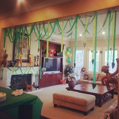 Jungle themed baby shower. Looks super cool, good ideas. Gotta love cray paper!