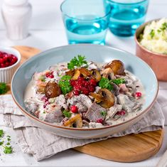 A recipe for a delicious game casserole dish with reindeer meat, chanterelles and sauce with Snøfrisk cream cheese. Reindeer Meat, Making Mashed Potatoes, Stuffed Mushrooms, Stuffed Peppers, Hunting Season, Fennel, Casserole Dishes, Food Processor Recipes, Fries