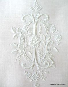 Sold items> Monograms, lace ...> ANTIQUE LINEN / Exceptional old monogram embroidered on a linen thread damask towel to collection or sewing - Old linen - Passion de Blanc - Antique textiles