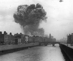 June 1922 Michael Collins gave the order to bombard the Four Courts with artillery shells in an attempt to remove anti-Treaty IRA. This was to be the start of the Irish Civil War. Ireland 1916, Dublin Ireland, Irish Independence, History Images, History Pics, Modern History, Michael Collins, Collor, Irish Eyes