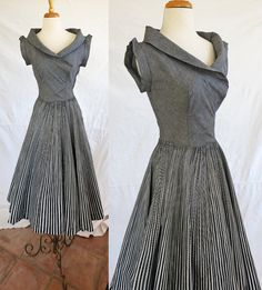 Santa Baby, please put this package under the tree for me... Vintage 1950s short sleeve dress with wide cut by DustyDesert