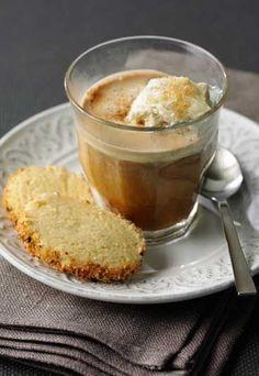 Italienischer Eiskaffee -   Zutaten (für 4 Portionen): - 8 kleine Kugeln Vanille- oder Milcheis - 4 Tassen frischgebrühten Espresso - brauner Zucker zum Süßen - Sahne nach Belieben