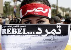 Egitto, donne in piazza difese da un cordone umano