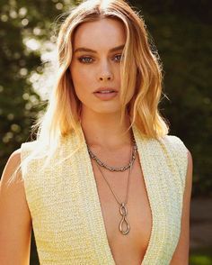 Australian actress Margot Robbie wore a tunic from Chanel's Métiers d'Art collection on the May 2019 cover of Madame Figaro lensed by photographer . Actriz Margot Robbie, Margot Elise Robbie, Margo Robbie, Margot Robbie Harley Quinn, Tarzan, Margot Robbie Photoshoot, Hollywood Actresses, Actors & Actresses, Naomi Lapaglia