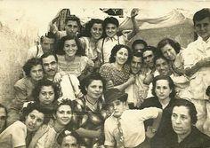 Con mi hermana Carmen y vecinos. Qué tiempos, ¡cuánta alegria! Barcelona, 1946.