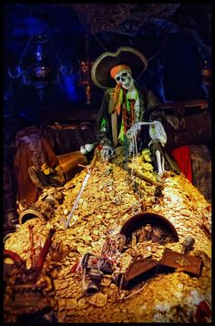 A mountain of gold Pirate Halloween Decorations, Halloween Haunted Houses, Haunted Mansion, Disney Day, Disney Parks, Disney Theme, Avan Jogia, Pirate Art, Pirate Life