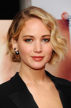 Jennifer Lawrence's wavy bob is the ideal short haircut for heart-shaped faces because it has movement, layers and volume.