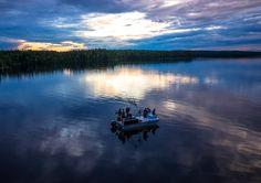 Napapiirin helmi Miekojärvi Pellossa Länsi-Lapissa keskiyön aurinkon aikaan