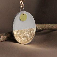 Collier sautoir pendentif ovale en béton, feuille d'or, sequin rond et chaine dorée - création unique