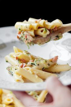 Pasta with grated zucchini, bacon and a la carbonara sauce. Minus the bacon? I Love Food, Good Food, Yummy Food, Sauce Carbonara, Bacon Carbonara, Chicken Carbonara, Bacon Pasta, Penne Pasta, Lard