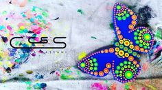 Mariposa en acrílico azul pintada a mano con colores fluorescentes probando combinaciones para nuestra nueva línea de accesorios #ClaudiaCassani