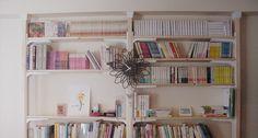 w'AND illustration代表の佐藤祐輔です。 この土日を利用してDIYしています。 2x4木材を使って壁面を本棚にしました。パートナーの発案です。 おしゃれなブックカフェのようなたたずまいになりました。 すっきりした見た目ですが、収納ボリュームもなかなかのものです。 我ながら良い仕事をしました。 壁面が一面本棚になっているのが憧れでした。オフィス物件を決めるとき、一件だけすでに壁面が本棚になっているものがあったのですが、広さの都合で断念したことがあります。 ないのなら作ってしまえ、ということで手作りすることとなったのです。 この壁面本棚を作るのに使った材料はこんな感じです。 ツーバ…