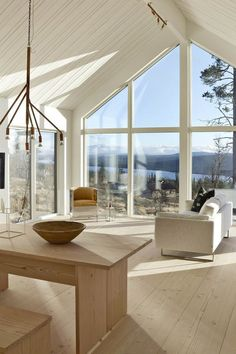 Large windows and a white, neutral color palette Midcentury Modern, Sweet Home, Interior Architecture, Interior Design, Cabin Interiors, Cabin Homes, Scandinavian Home, Home And Living, Small Living