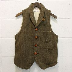 Love the random flecks in this tweed waistcoat / vest. Tweed Vest, Tweed Run, Wool Vest, Gilet Costume, Cool Outfits, Casual Outfits, Style Masculin, Retro Mode, Ladies Dress Design