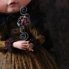 Lorraine, my new work 🎃❤ #lorraine #dollstargram #doll #blythe #blythecustom #blythedoll #artwork #art #unique  #handmade #original #tale #night #vampire #nightmare #dreams #gold #hummingbird #rebecacanodolls #rebecacano #cookiedolls  | by Rebeca Cano ~ Cookie dolls