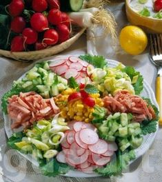 Lajos Mari konyhája - Gazdag tavaszi saláta Gazdag tavaszi saláta Hozzávalók 4 személyre: 2 csokor retek 200 g kígyóuborka 1 csokor újhagyma 150 g főtt sonka 1 kis doboz konzerv csemegekukorica (340 g) Az öntethez: 200 g tejföl 200 g joghurt 1 kk. méz 1/2 biocitrom só, bors