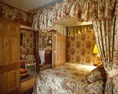 This Clically English Four Poster Bedroom And Adjacent Sitting Room Is Decorated In A Geoffrey
