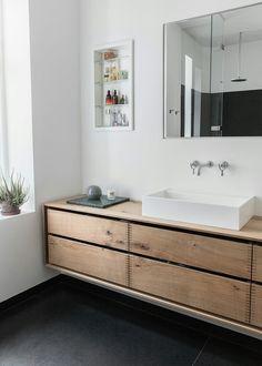 A bespoke bathroom furniture in it's simplicity. This beautiful Garde Hvalsøe furniture was part of a renovation of an apartment in Copenhagen. The bathroom was made in the same style as the kitchen to give a nice and unique flow in the interior design in the apartment.