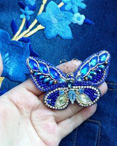 Бабочки не выходят из головы 😊 хочется экспериментировать 😉 эта бабочка большая и просто великолепна🌟конечно же фото не передаёт оттенки так как в жизни, это печально 😣 синий цвет в этой работе такой глубокий и насыщенный 🤗 приправлен золотом🌟 Прекрасное украшение для любого дня, бабочки актуальны круглый год😉 ❌продана❌ Стоимость 1700₽ #брошьручнойработы #авторскаяброшь #брошьказань #брошьизбисера #подарок #8марта #тренд #актуально #синийцвет #брошьбабочка #брошьмотылек…