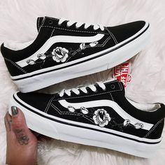 Rose Buds White/Blk Low-Top Unisex Custom Rose Embroidered-Patch Vans Old-Skool Sneakers Mens and Womens Size Available (Please choose your size carefully - listing is in US sizing.) They are genuine Vans Sneakers that are customized by hand. Price shown is the TOTAL PRICE